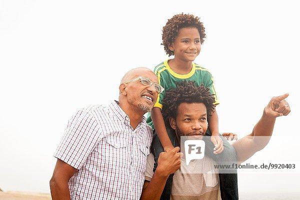 Mittelgroßer Mann mit Vater und Sohn am Strand von Ipanema  Rio De Janeiro  Brasilien