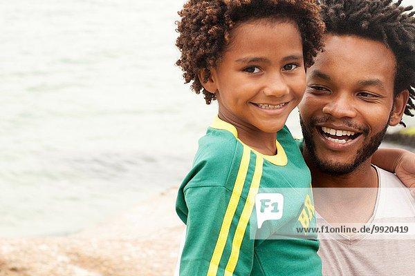 Porträt eines erwachsenen Mannes mit Sohn am Strand von Ipanema  Rio De Janeiro  Brasilien