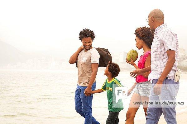 Großvater und Familie schlendern am Ipanema Beach  Rio De Janeiro  Brasilien