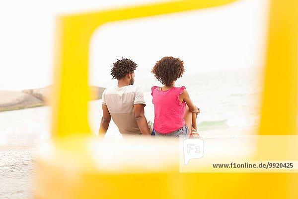Rückansicht des Paares mit Blick aufs Meer am Ipanema Beach  Rio De Janeiro  Brasilien