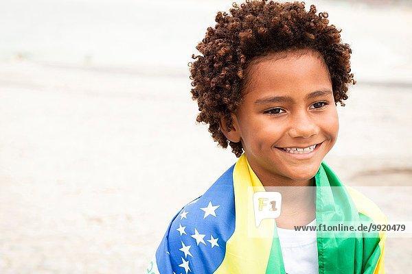 Junge mit brasilianischer Flagge am Strand von Ipanema  Rio De Janeiro  Brasilien