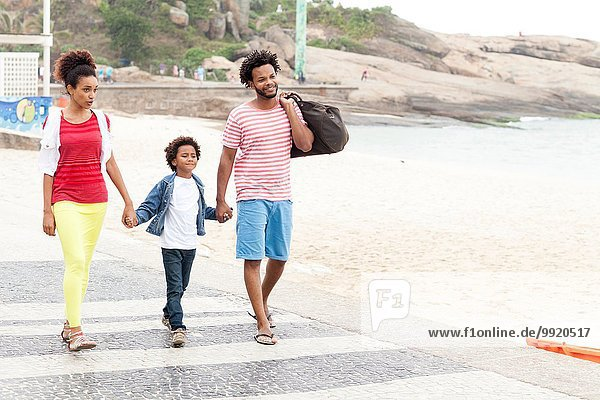 Paar und Sohn schlendern Hand in Hand  Strand von Ipanema  Rio De Janeiro  Brasilien