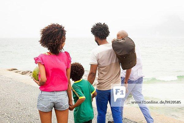 Rückansicht der vierköpfigen Familie am Strand von Ipanema  Rio De Janeiro  Brasilien