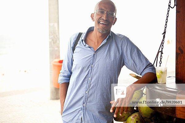 Porträt eines reifen Mannes an der Bar am Strand von Ipanema  Rio De Janeiro  Brasilien