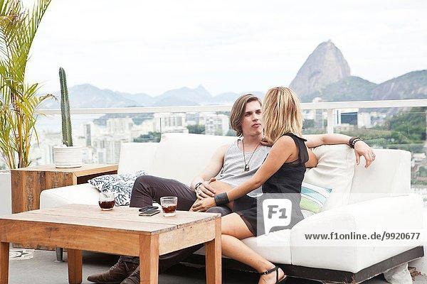 Junges Paar auf Dachterrassensofa  Rio De Janeiro  Brasilien