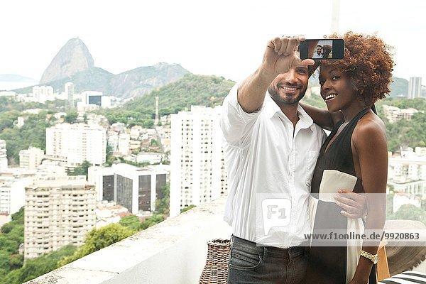 Pärchen auf der Terrasse  Zuckerhut im Hintergrund  RIo  Brasilien