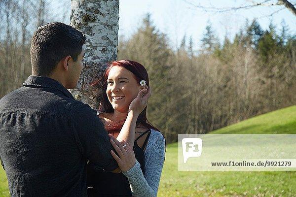 Romantisches junges Paar im Park