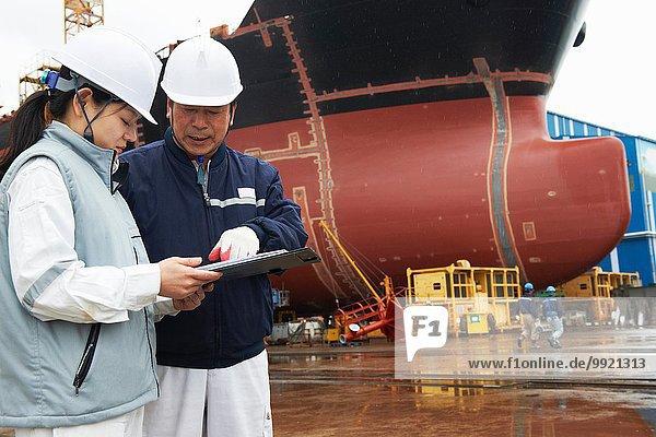 Arbeiter diskutieren Pläne auf der Werft  GoSeong-gun  Südkorea