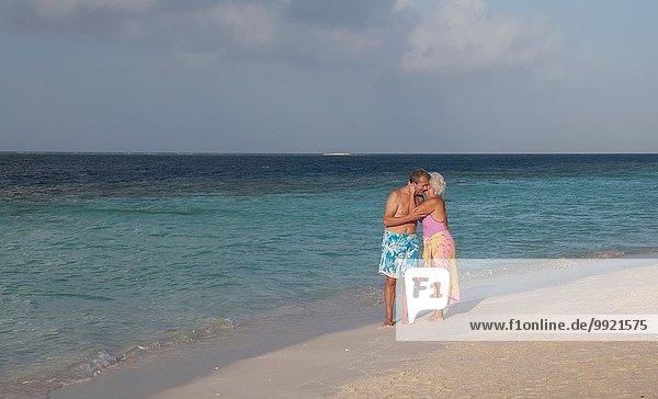 Seniorenpaar am Strand  Malediven