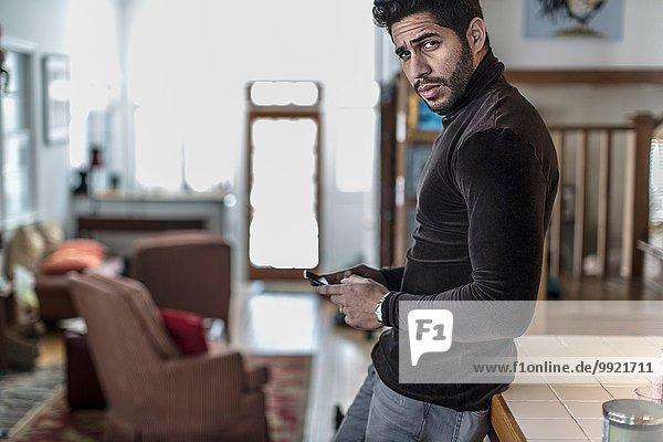 Porträt eines jungen Mannes mit Handy