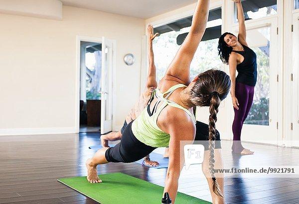 Mittlere erwachsene Frau in Yoga-Pose