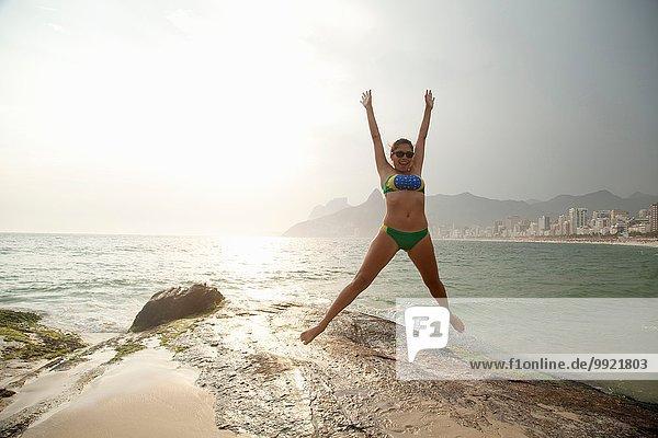 Junge Frau im Bikini-Springen am Strand von Ipanema  Rio De Janeiro  Brasilien