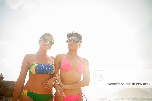 Zwei Freundinnen in Bikinihose am Strand von Ipanema  Rio De Janeiro  Brasilien