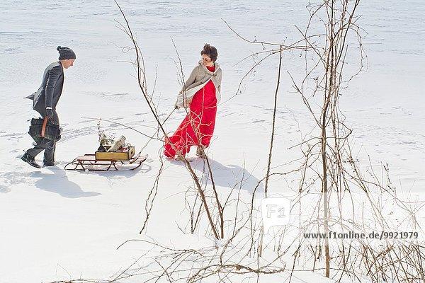 gehen Schnee Feld Mittelpunkt Erwachsener