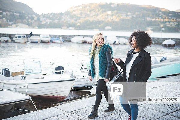 Zwei junge Freundinnen beim Spaziergang am Comer See  Comer See  Italien