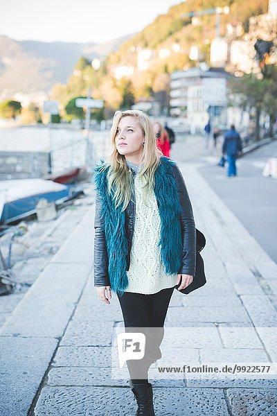 Junge Frau beim Bummeln am Comer See  Comer See  Italien