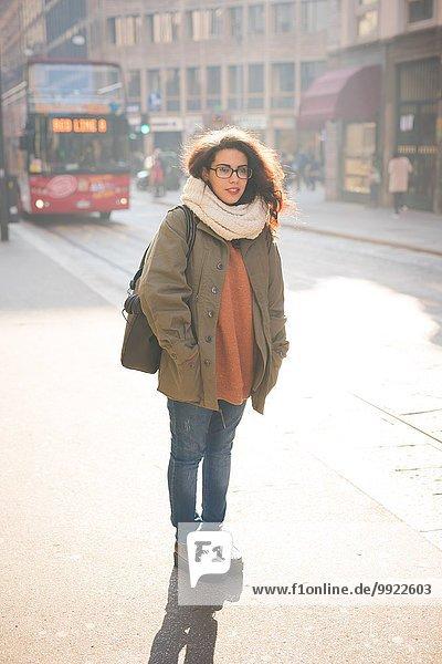 Portrait einer jungen Pendlerin auf der Straße