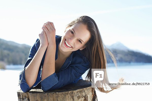 Portrait einer schönen jungen Frau am schneebedeckten Seeufer  Deutsche Alpen  Deutschland
