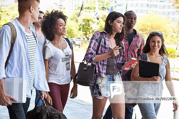 Hochschulstudenten zu Fuß