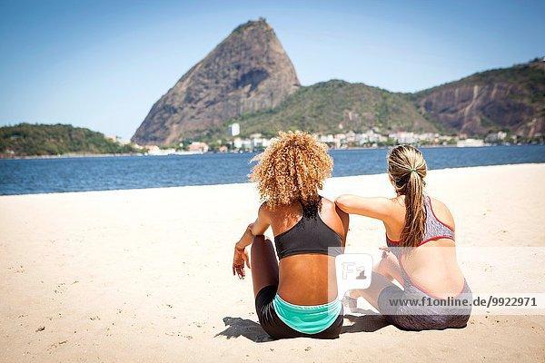 Zwei junge Frauen am Strand  Rio de Janeiro  Brasilien