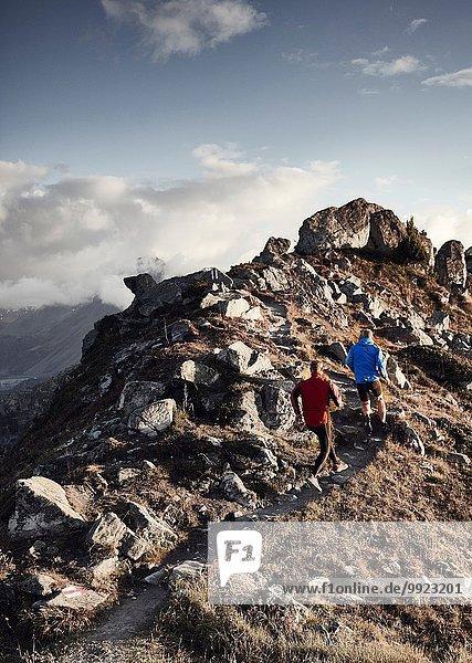 Trailrunner auf felsigem Weg  Wallis  Schweiz