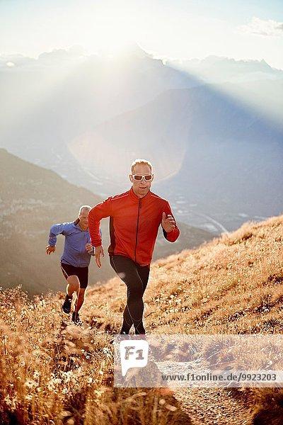 Trailrunner auf Schotterpiste  Wallis  Schweiz