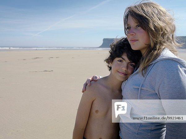 Bruder und Schwester zusammen am Strand  Portrait