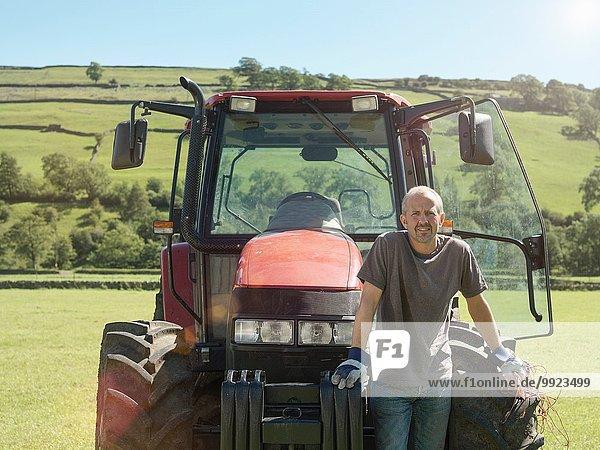 Bauer mit Traktor im Feld  Portrait