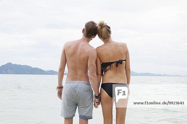 Rückansicht eines jungen Paares am Strand  Kradan  Thailand