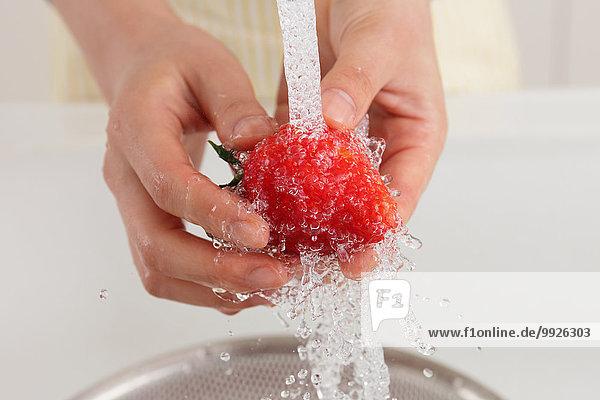 Frau waschen Close-up Erdbeere