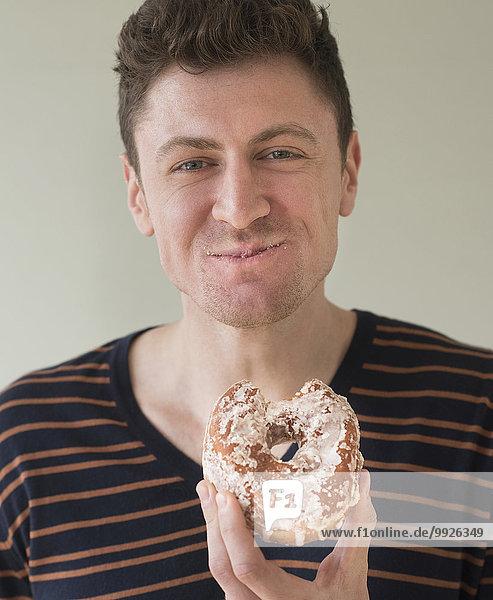 Portrait Mann Donut essen essend isst