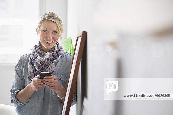 Handy benutzen Portrait Frau