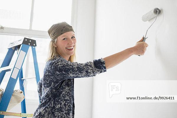 Frau Zimmer weiß streichen streicht streichend anstreichen anstreichend
