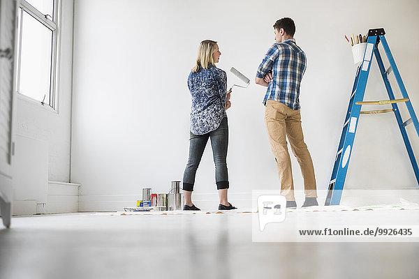 Zimmer weiß streichen streicht streichend anstreichen anstreichend