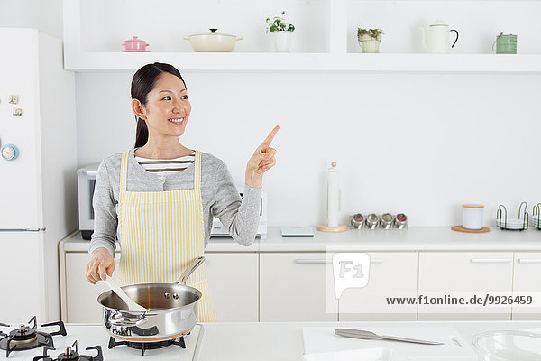 kochen Frau offen Küche