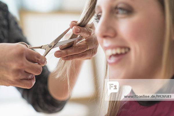 Frau Frisur Frisuren Schnitt Schnitte Haarschnitt Haarschnitte bekommen