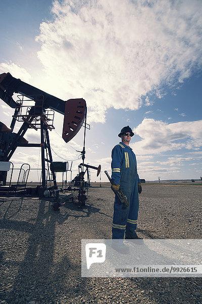 Mann offen Hut Boden Fußboden Fußböden Blaumann Arbeitsanzug Aufguss hart Öl Pumpe