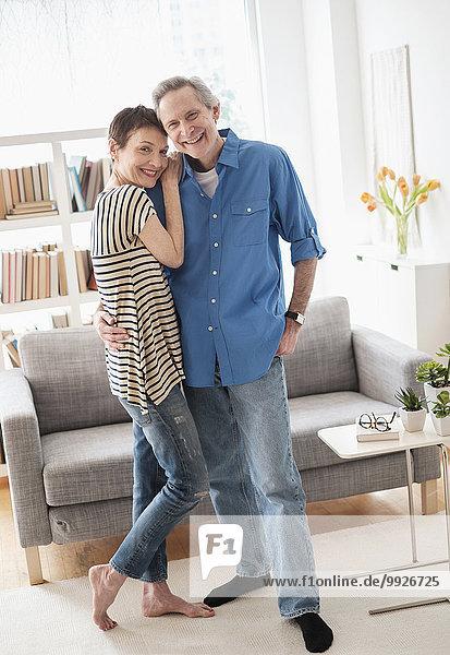 Senior Senioren umarmen Zimmer Wohnzimmer