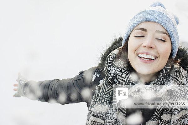Portrait Frau lächeln Schnee