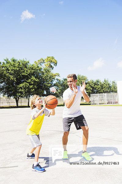 Junge - Person Bruder Basketball spielen