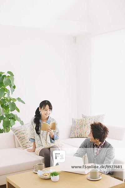 benutzen Computer Entspannung Couch Buch jung Taschenbuch vorlesen