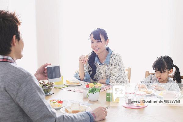 junger Erwachsener junge Erwachsene am Tisch essen Zimmer jung Tochter Erwachsener Frühstück