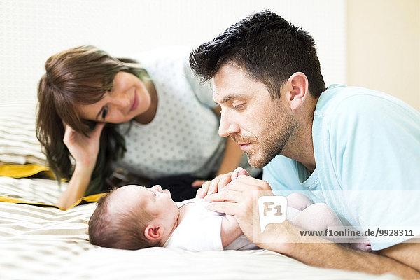 Junge - Person Menschliche Eltern Bett Baby spielen