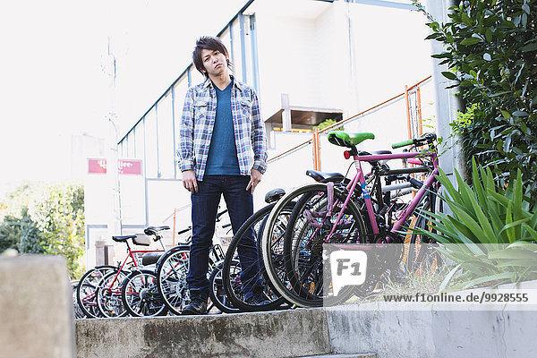 stehend Mann parken jung Fahrrad Rad