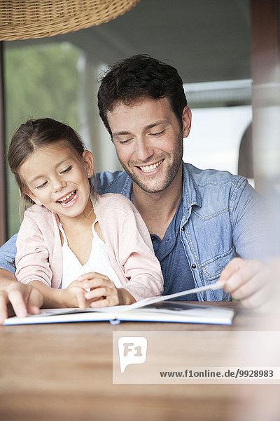 Vater und Tochter lesen gemeinsam Buch