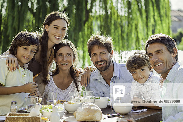 Familie beim gemeinsamen Frühstück im Freien  Gruppenporträt