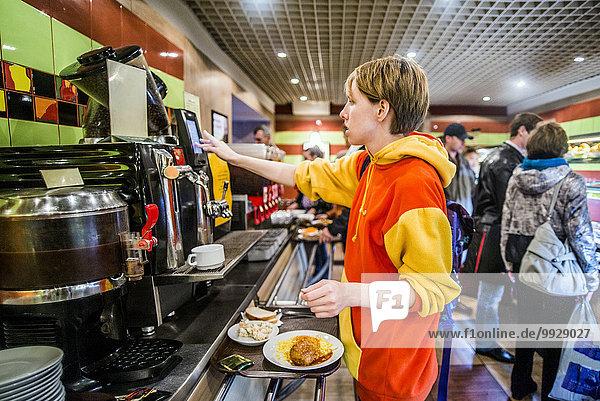 Europäer Frau Cafeteria Frühstück bekommen