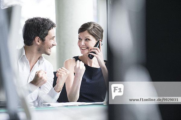 Geschäftsfreunde freuen sich über guten Nachrichten-Telefonanruf