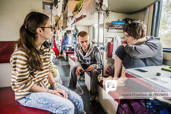 Europäer sprechen Freundschaft Reise Fernverkehrsstraße Zug