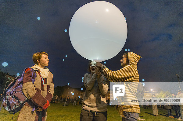 Europäer Freundschaft Luftballon Ballon spielen